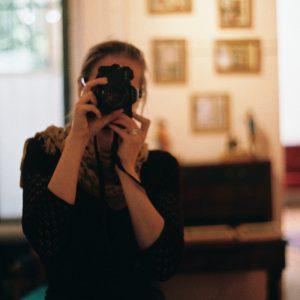 Eva mit Fotoapparat