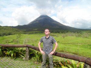 Michael vor Vulkan in Costa Rica