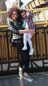 Jackleen mit ihrer Tochter auf dem Arm in Köln