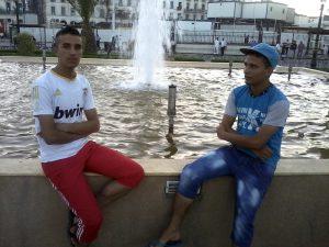 Identität - Jugendliche an Brunnen in Algier