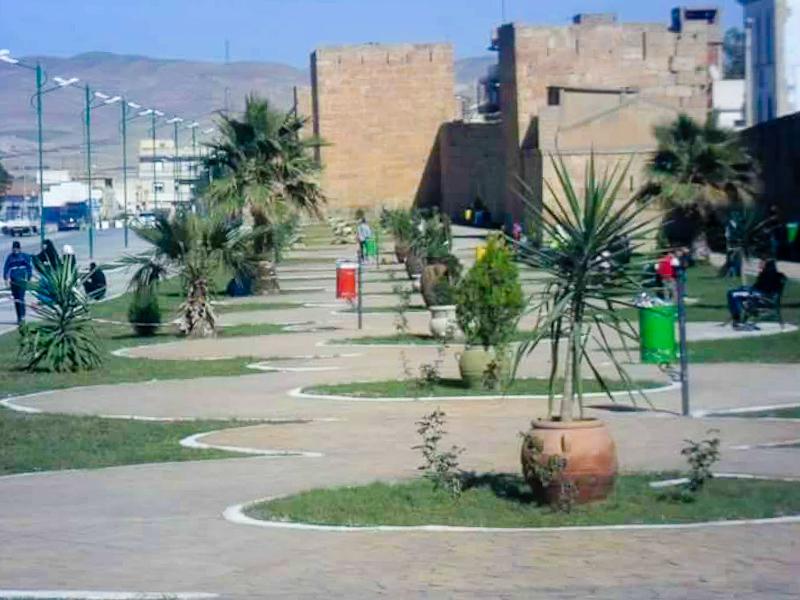 Sprache und Kultur - Straßenzug mit Palmen