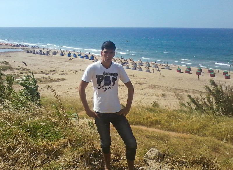 Identität - Junger Mann vor Küstenpanorama in Algerien
