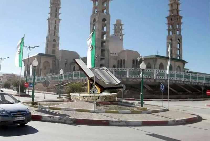 Momument mit Buch in Algerien