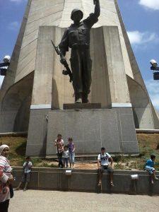 Junge Menschen unter Statue