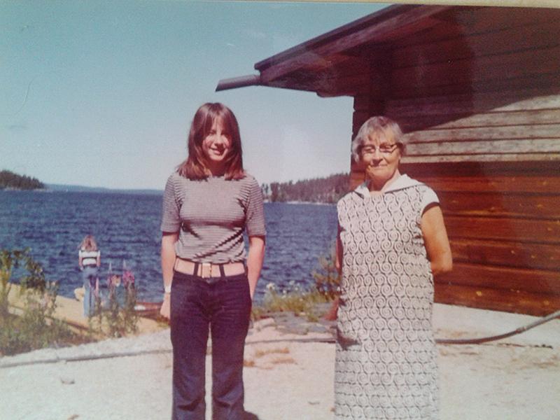 Marjatta als Jugendliche mit Oma in Finnland