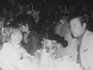 Familie am Tisch, eine finnische Familie am Tisch, finnische Kultur und Identität inmitten der deutschen