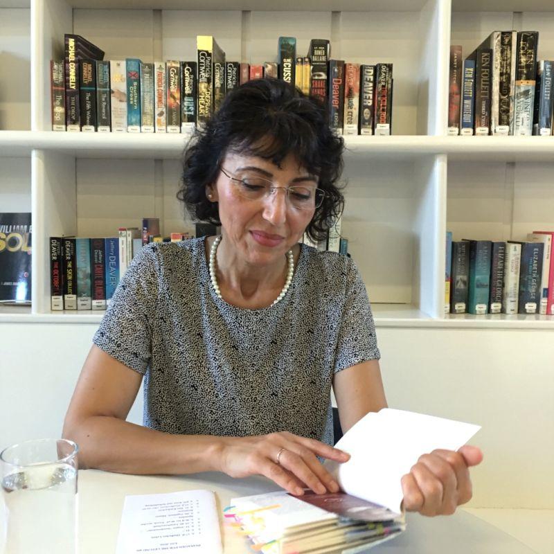 Zahide liest aus ihrem Buch zum Thema Identität