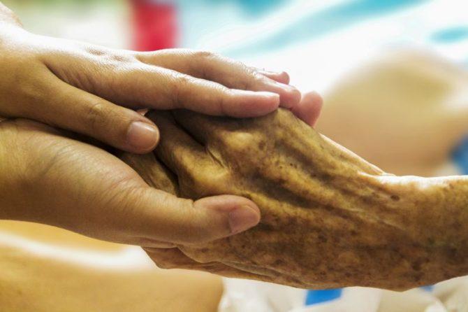 Altenpflege, Hände
